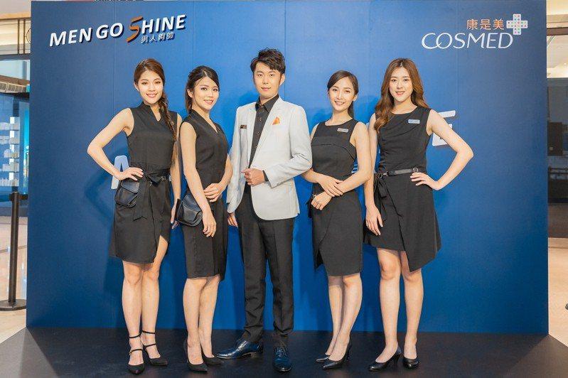 康是美推出專為男士打造的全新5人團體「MEN GO SHINE」,由1位專業藥師、4位時尚彩妝師組成。圖/康是美提供