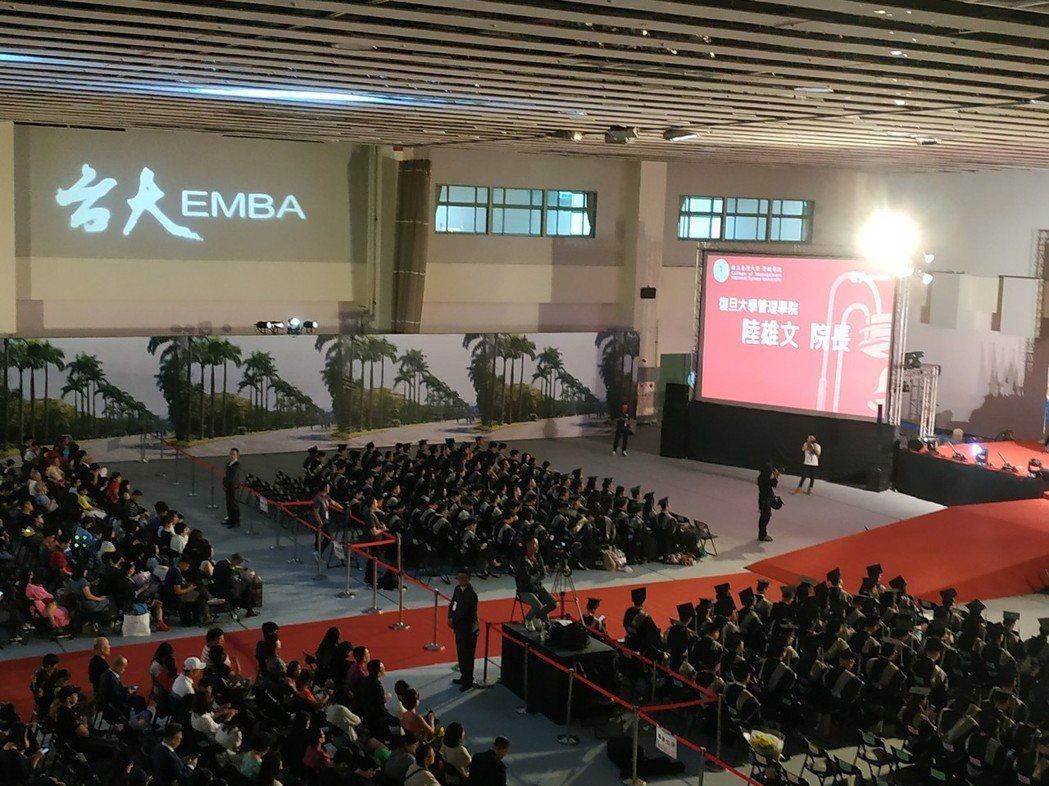 「台大-復旦EMBA境外專班」今(15)日舉辦105級畢業典禮。記者何秀玲/攝影