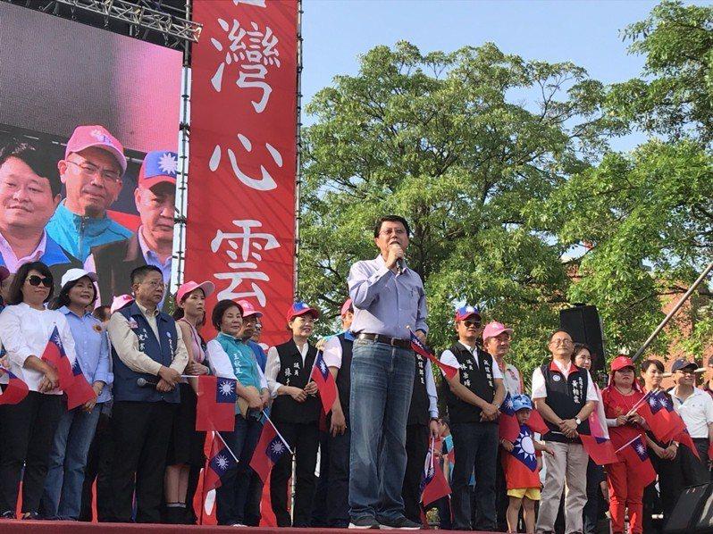 韓國瑜雲林造勢現場,台南市議員謝龍介到場力挺,談起初選越來越艱難,「這場很硬斗」,要大家七月民調開始,一定要顧電話,「大家剖腹相挺」,全力支持韓國瑜。記者姜宜菁/攝影
