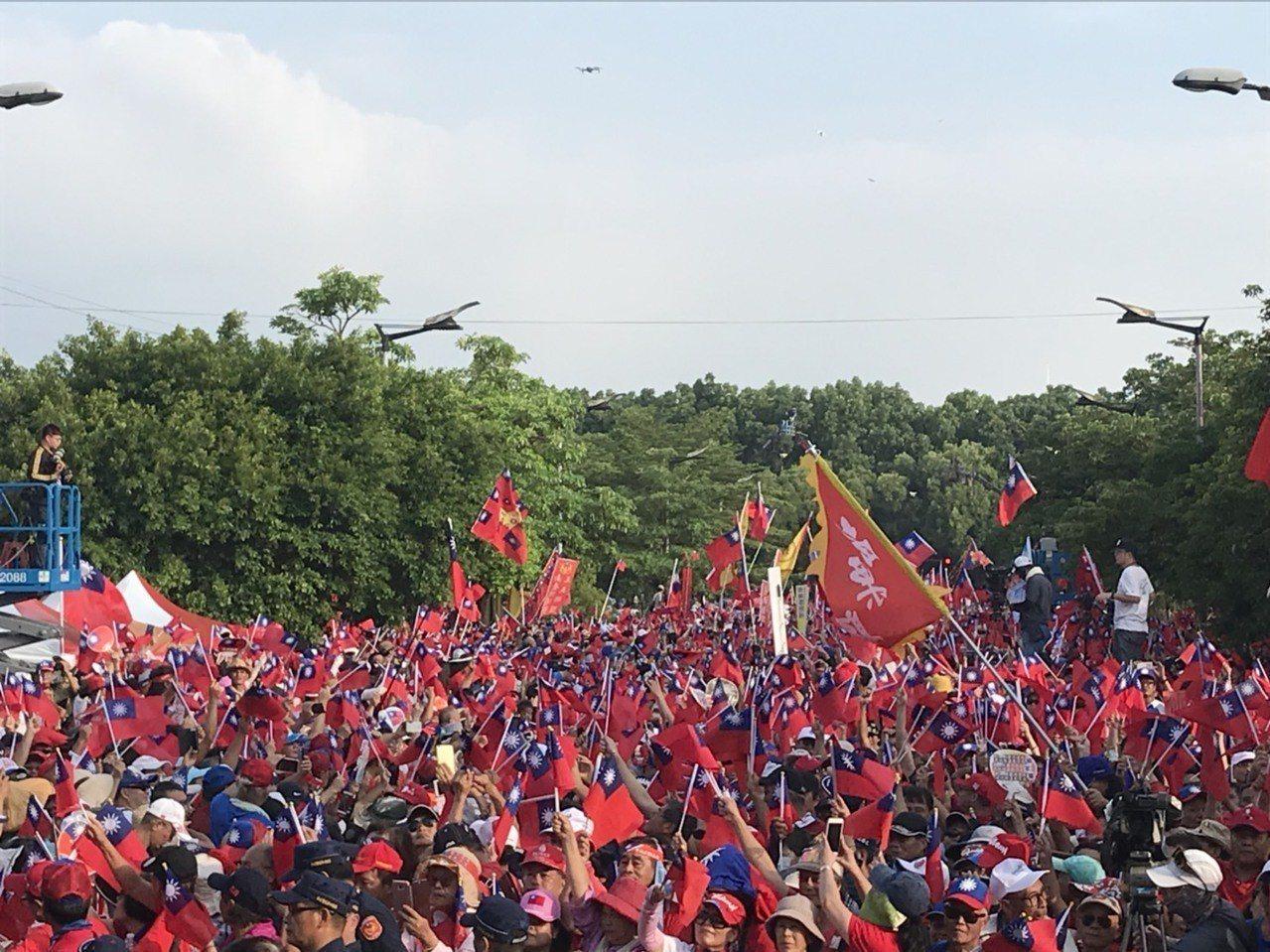 韓國瑜雲林造勢活動,下午五時5分,韓國瑜在青年軍的簇擁下進場,主持人許淑華宣布現...