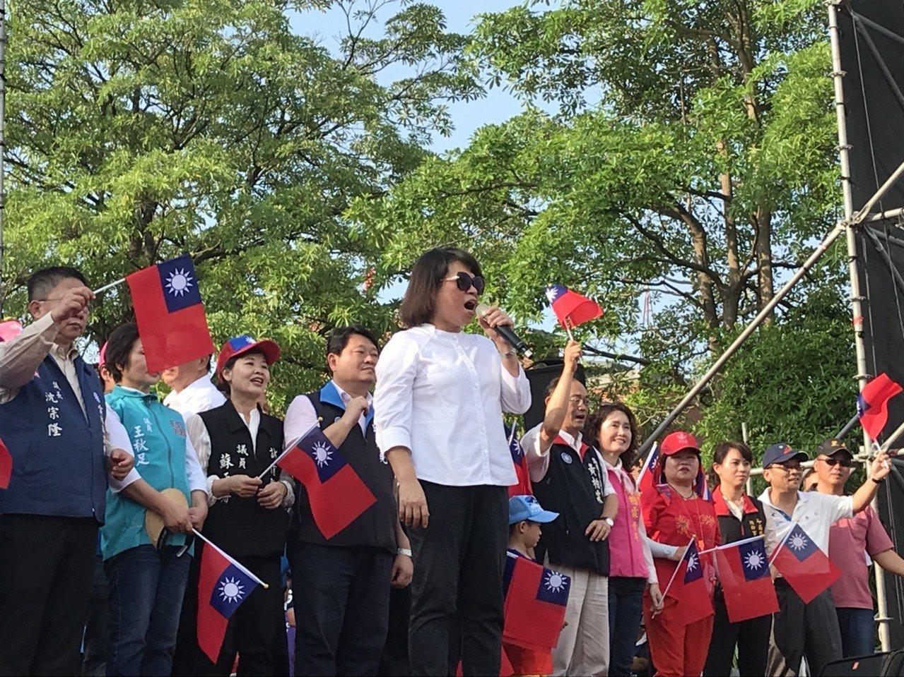 嘉義市長黃敏惠(前中)跨縣市來到現場挺韓。記者姜宜菁/攝影