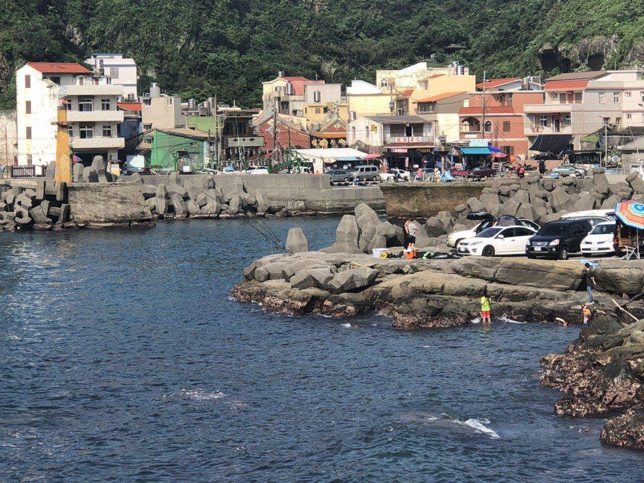 消防局表示,鼻頭漁港經公告畫定的禁止潛水活動區域,對潛水女子將依發展觀光條例第6...