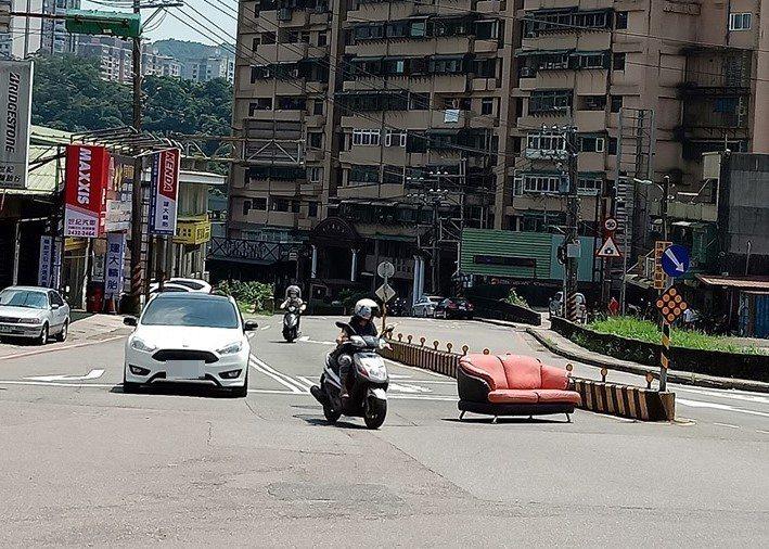 黃姓網友今天下午在「基隆人」臉書社群貼了一張照片,有沙發「站」在馬路正中央,寫著...