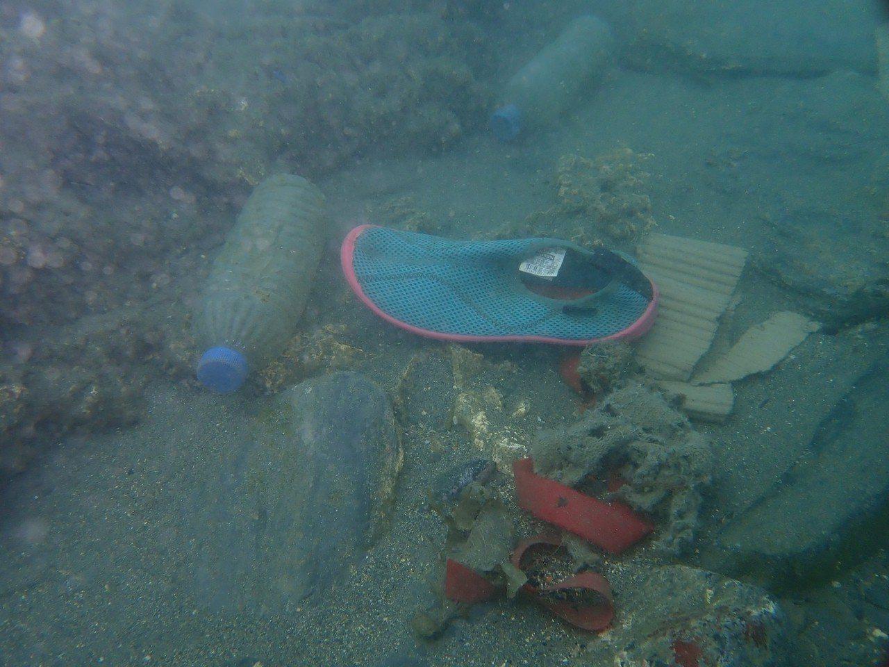 淨海發現與打撈海底垃圾。圖/宜蘭縣政府提供
