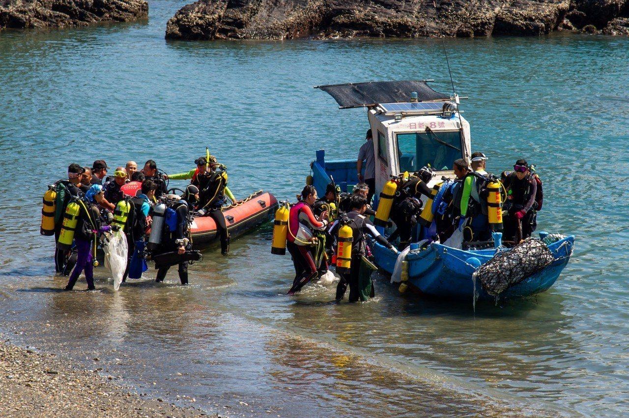 蘭陽救援協會潛水志工今天出航淨海。圖/宜蘭縣政府提供