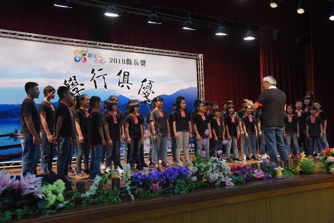 台灣原聲童聲合唱團演唱天籟之音,為畢業生獻上祝福。圖/南投縣政府提供