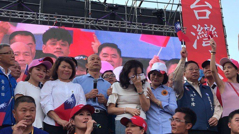 李佳芬(前排右四)一上台就開始哽咽落淚,她說,看到雲林鄉親一個月的委屈煙消雲散。記者姜宜菁/攝影