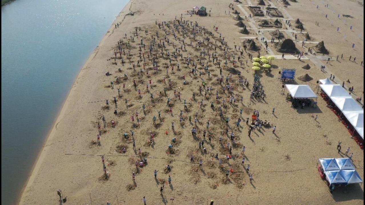 2019福隆國際沙雕藝術季今天下午號召310名民眾、學生,在沙雕師帶領下完成31...