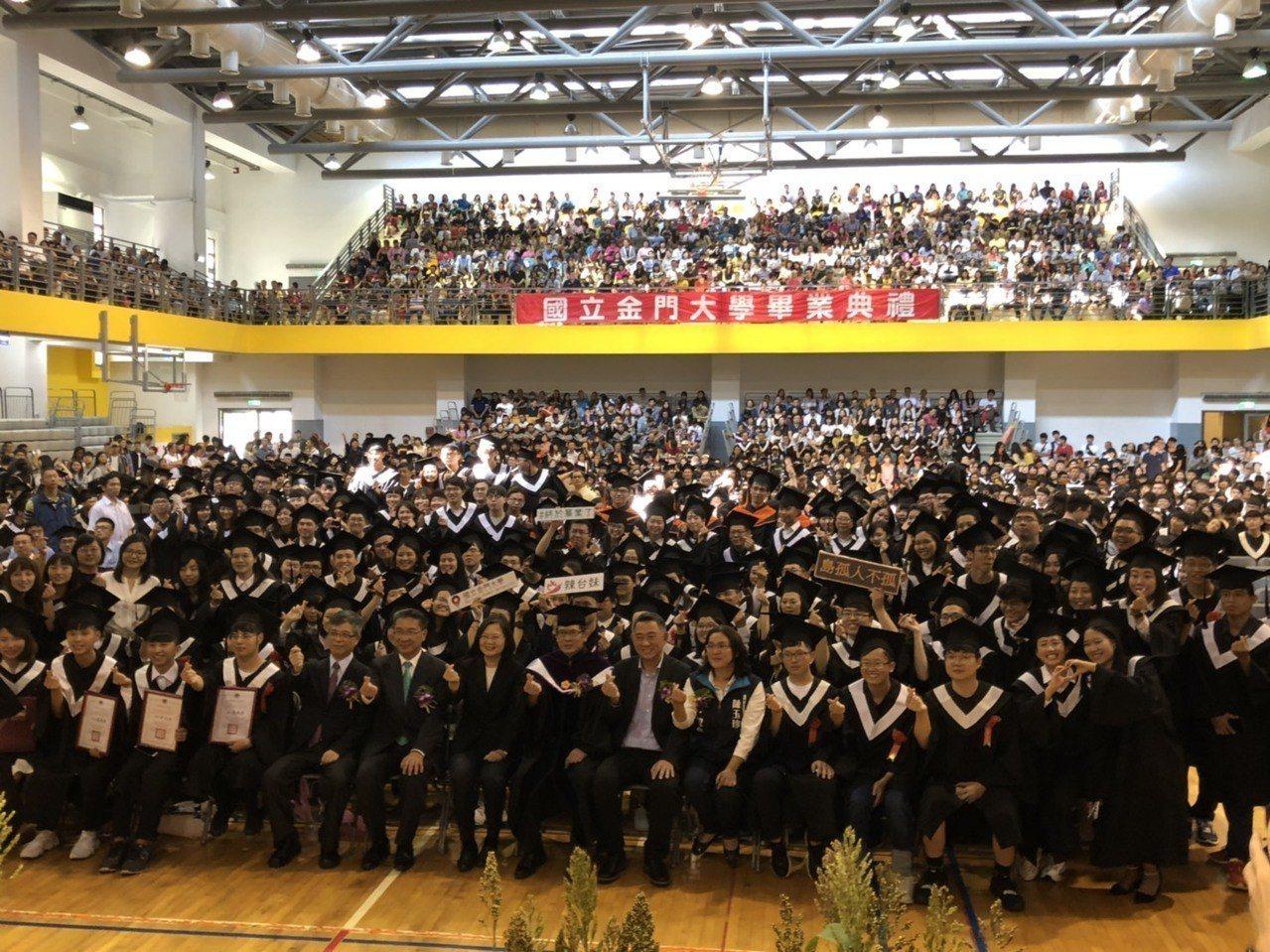 總統蔡英文今天出席金大畢業典禮,與畢業生開心合影。記者蔡家蓁/攝影