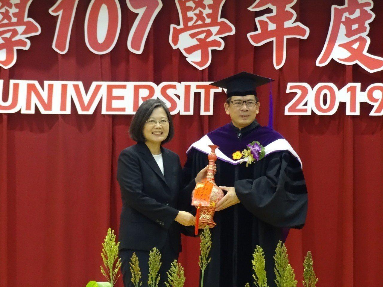 金門大學校長陳建民(右)也特別致贈紀念品給總統蔡英文(左)。記者蔡家蓁/攝影