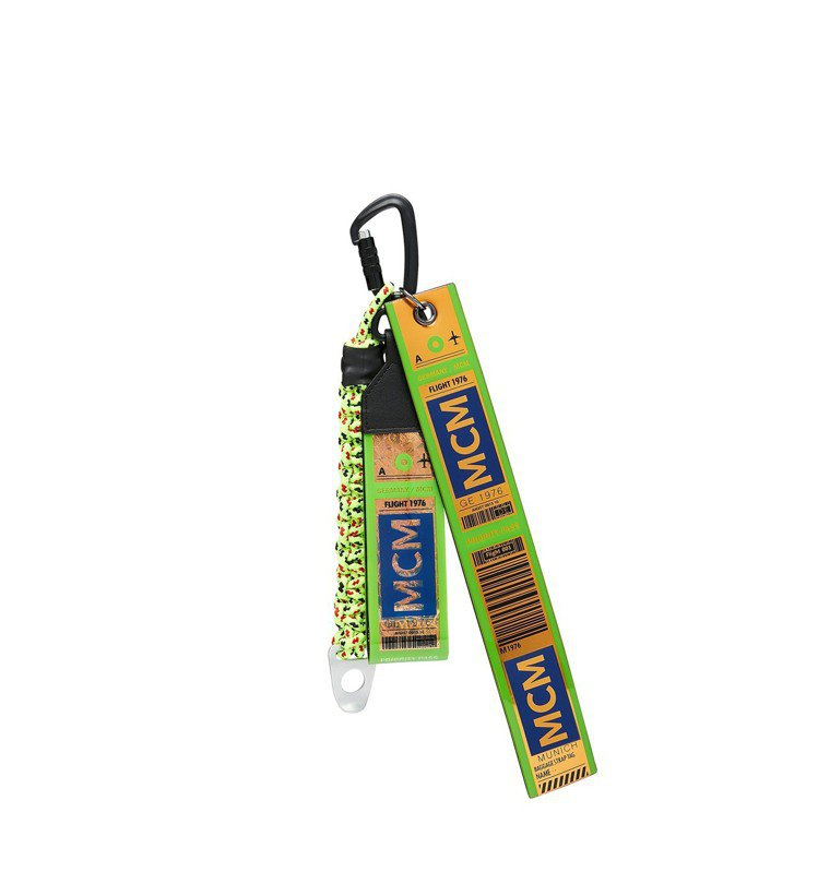 MCM Raymonde綠色空運標籤雙片式釦環吊飾,售價10,000元。圖/MC...