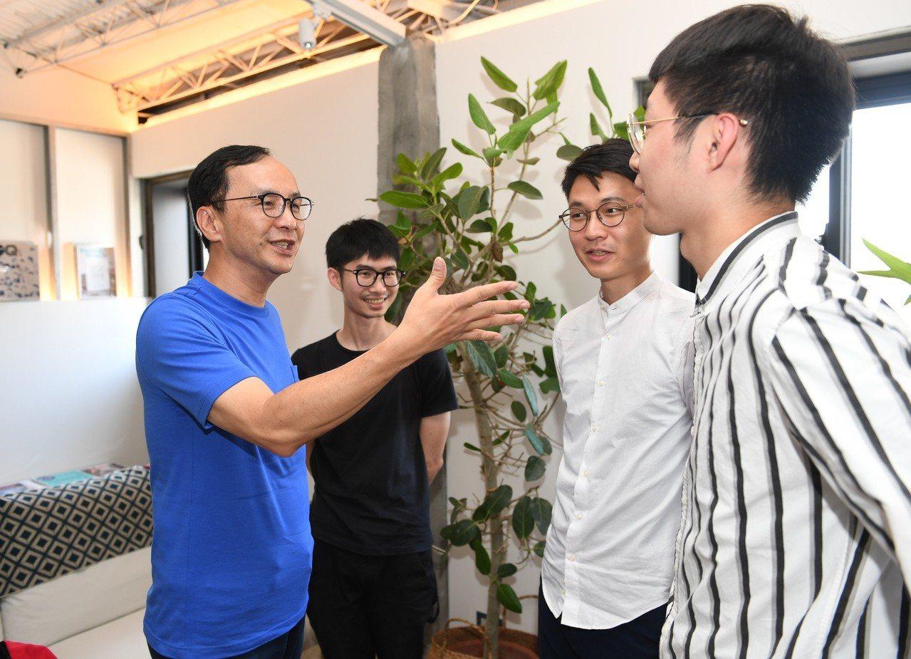 新北市前市長朱立倫(左)今下午到萬華的玖樓共生公寓,參觀台灣第一個結合住宿、餐飲...