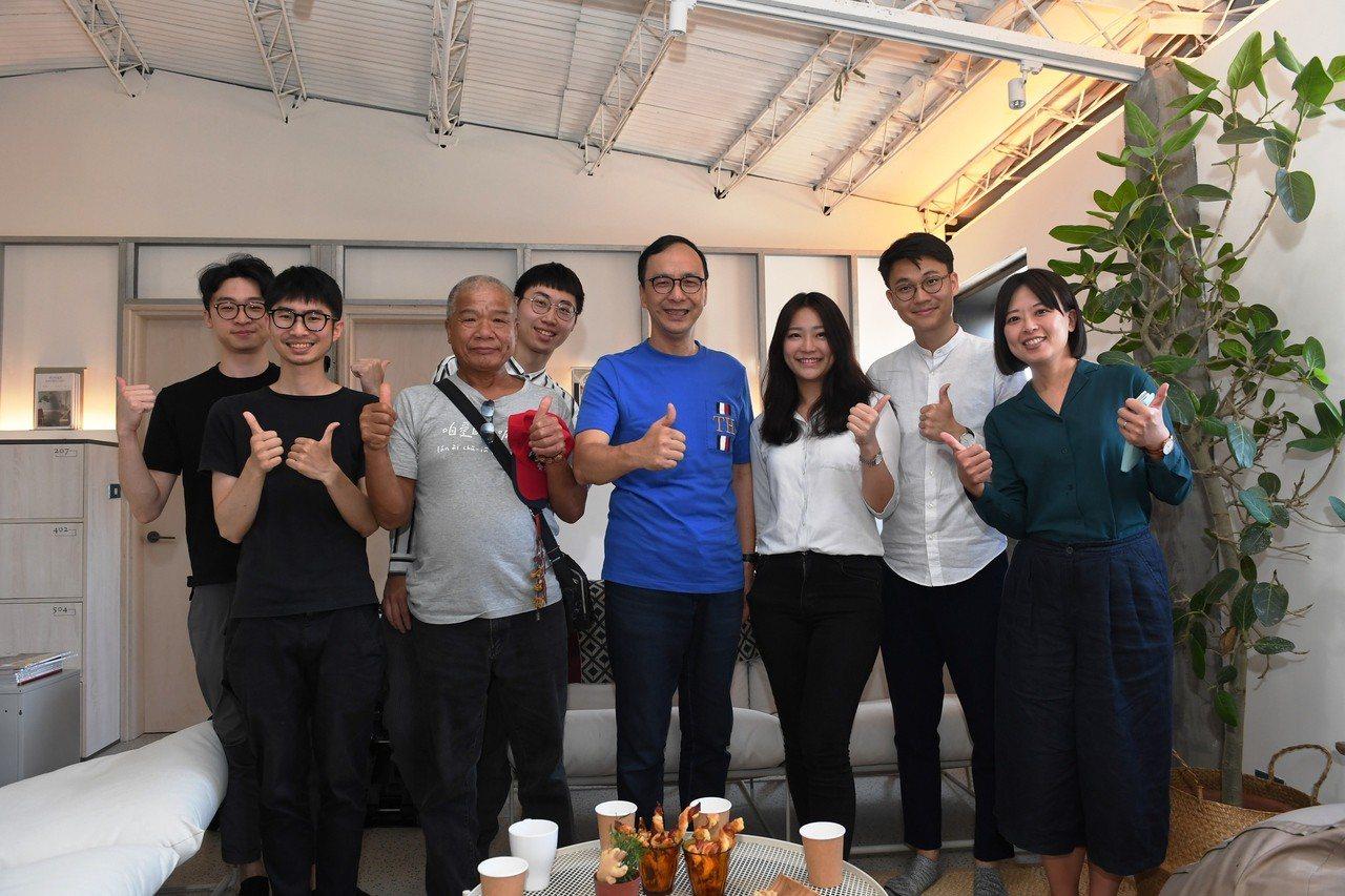 新北市前市長朱立倫(中)今下午到萬華的玖樓共生公寓,參觀台灣第一個結合住宿、餐飲...
