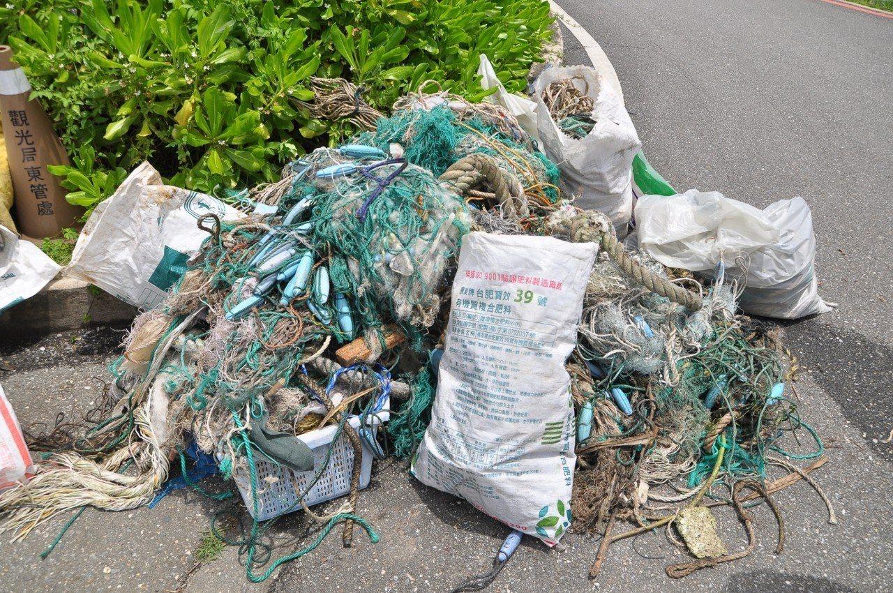 花蓮縣環保局今天在石梯坪辦淨海活動,志工清出大量廢棄漁網。圖/縣府提供