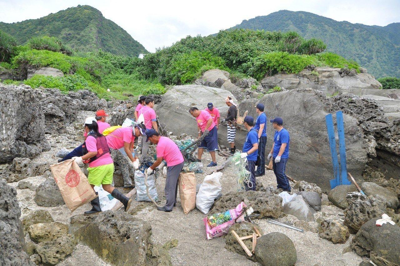 花蓮縣環保局今天在石梯坪辦淨海活動,志工清出大批垃圾。圖/縣府提供