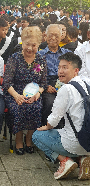 柯媽媽傍晚到台南嘉南藥大參加畢業典禮。記者修瑞瑩/攝影