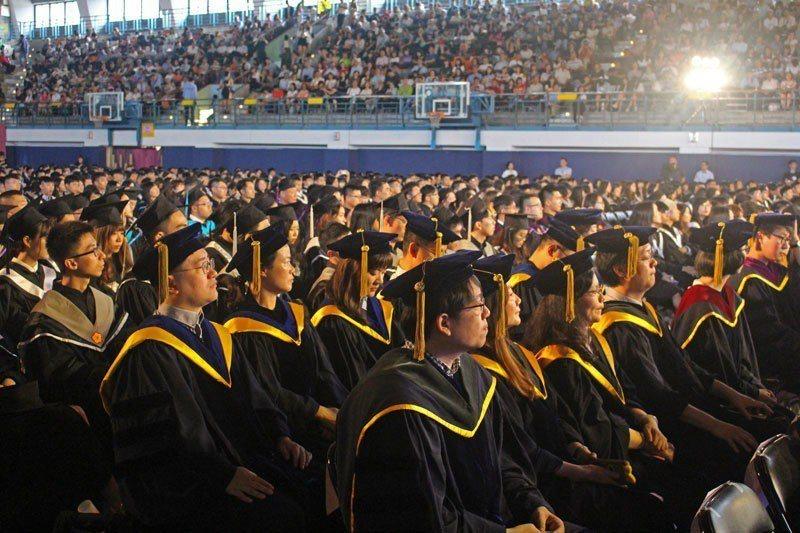 政治大學舉行107學年度畢業典禮,邀請副總統陳建仁擔任致詞嘉賓。圖/政治大學提供