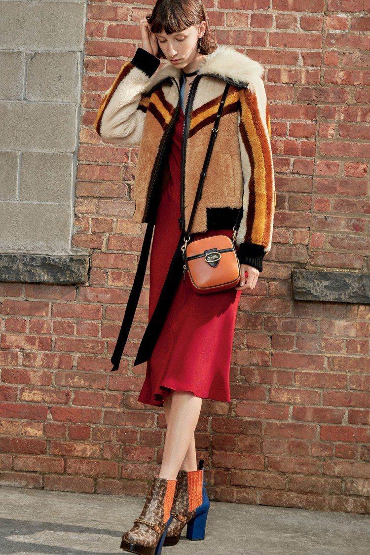 翻毛外套的設計、絲質洋裝有著復古的浪漫色彩。圖/COACH提供