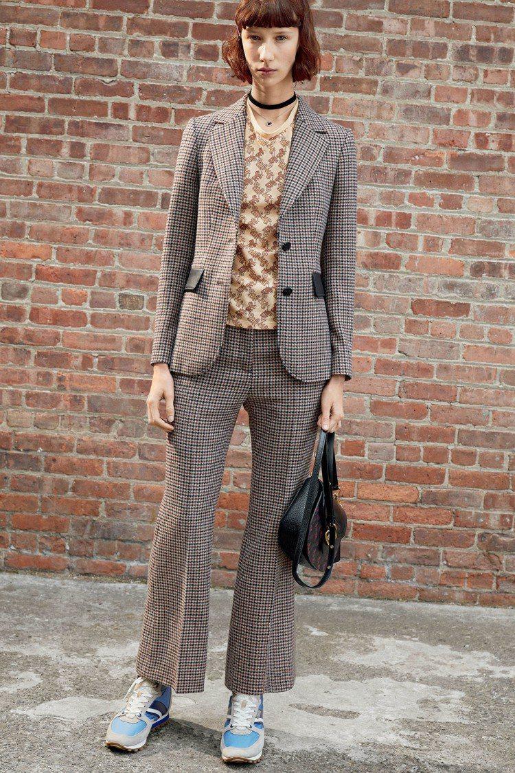 格紋、喇叭褲、頸鍊、馬車印花服裝,都是2020早春的識別語彙。圖/COACH提供