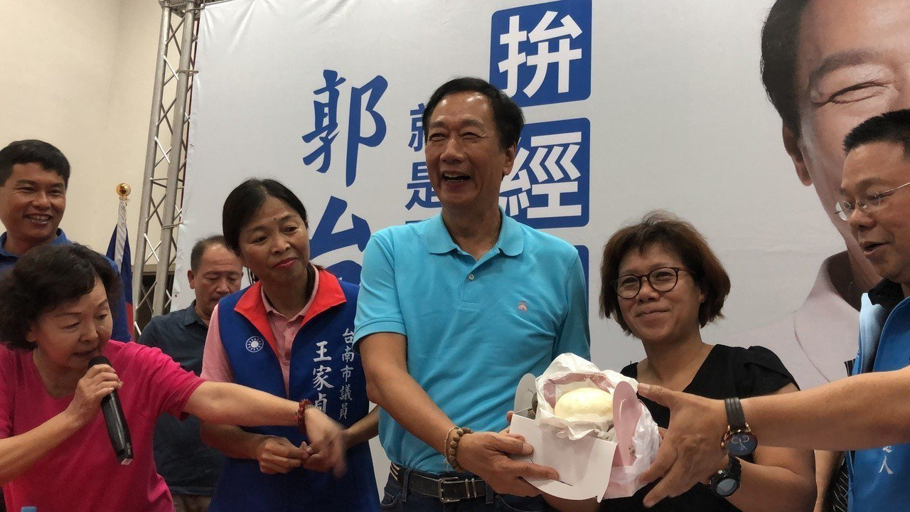 郭粉致贈郭台銘粽子,預祝他總統初選「包中」。記者邵心杰/攝影