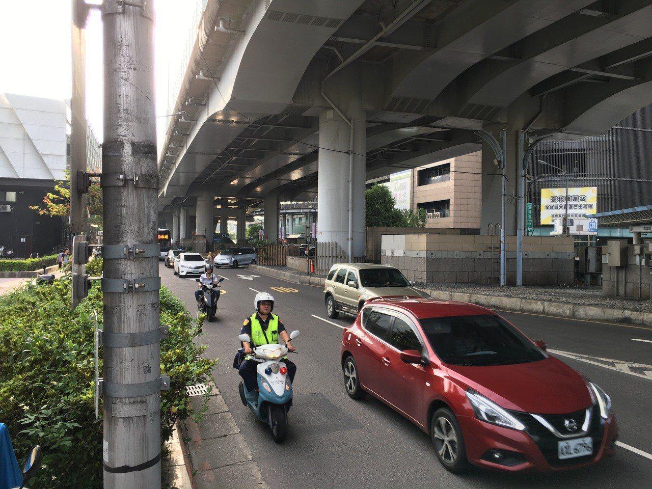 林男當天上午7時許騎車行經市民大道,在接近台北車站客運站處,突然有一顆壘球大的石...