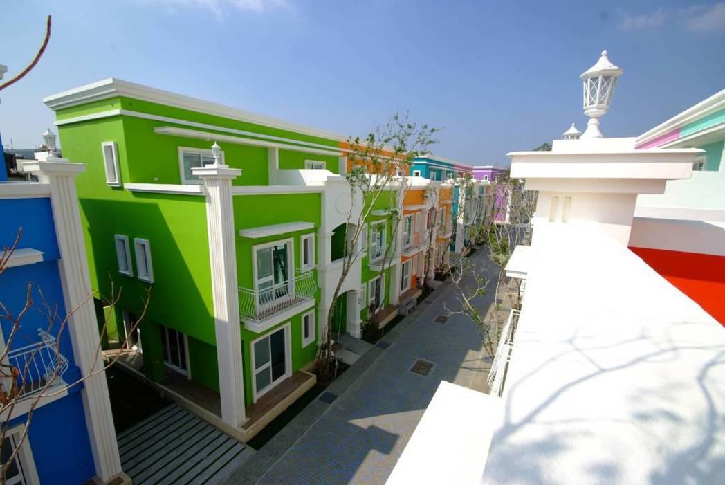 「墾丁夢幻島」打造14戶彩色屋,戶戶100地坪,每棟有8間特色主題套房,營造獨特...