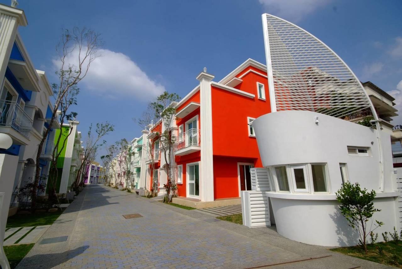 「墾丁夢幻島」打造14戶彩色屋,每棟有8間特色主題套房,營造專屬獨特魅力。記者謝...