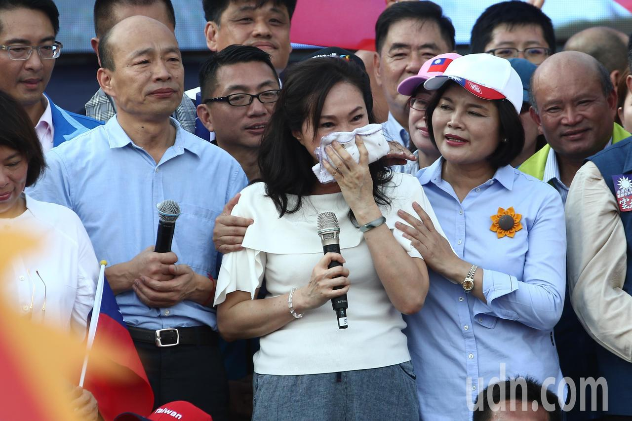 李佳芬(中)一上臺就開始哽咽落淚,她說,看到雲林鄉親一個月的委屈煙消雲散。記者黃仲裕/攝影