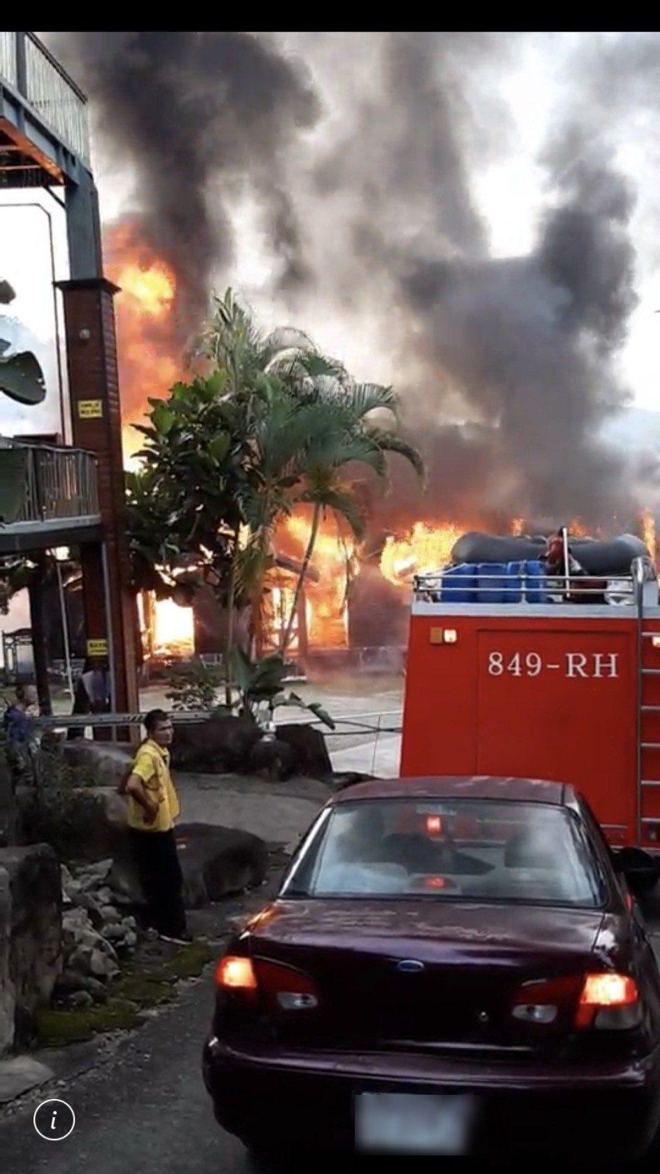 南投縣國姓鄉玉門關瀑布農場火警,整排小木屋被大火吞噬。圖/讀者提供