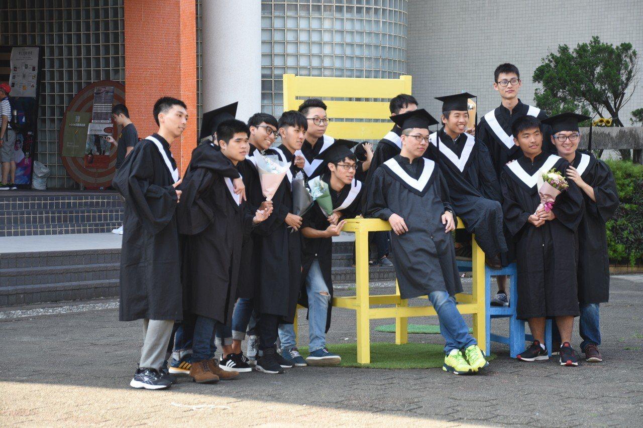 國立台灣海洋大學今天晚上舉辦「108級畢業生畢業典禮」,校長張清風期許所有畢業生...