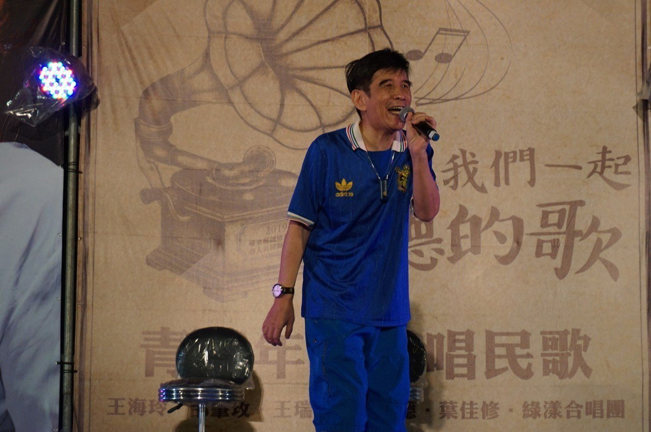 「青春年代.唱民歌」今晚在台東市藍晒圖戶外廣場舉行,久違不見的民歌手葉佳修以成名...