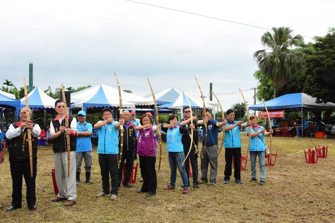 花蓮縣吉安鄉公所今辦射箭賽,與會貴賓拉弓射箭,為活動揭開序幕。圖/吉安鄉公所提供