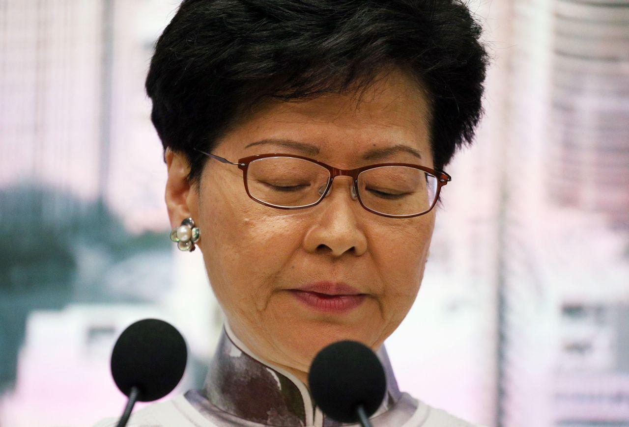 香港特首林鄭月娥15日宣布,決定暫緩修訂「逃犯條例」,顯示北京勢力不得不向香港獨...