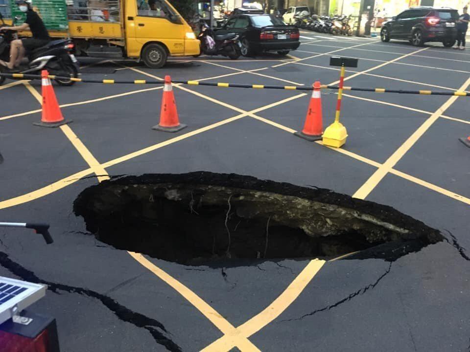 新北市三重區公所初步調查發現可能是台電管線破裂進水,導致下陷。圖/市府提供