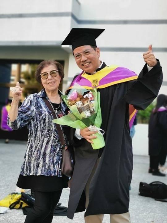 陳凱倫拿到碩士學位,90歲嬤嬤(左)一起出席畢業典禮。圖╱陳凱倫提供