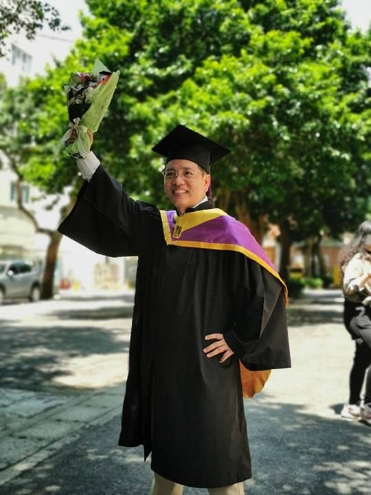 陳凱倫拿到碩士學位出席畢業典禮。圖╱陳凱倫提供