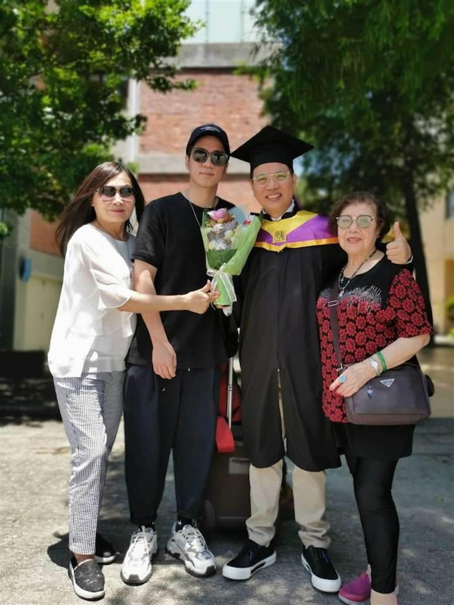 陳凱倫拿到碩士學位,全家一起出席畢業典禮。圖╱陳凱倫提供