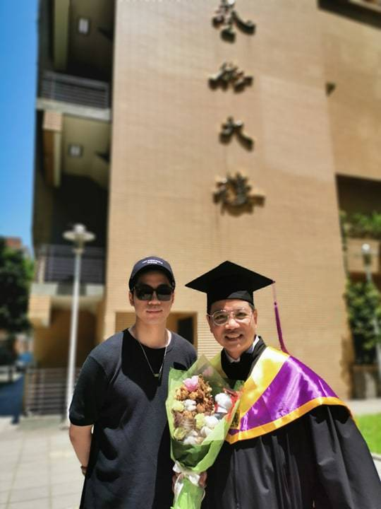 陳凱倫拿到碩士學位,兒子陳銳(左)一起出席畢業典禮。圖╱陳凱倫提供