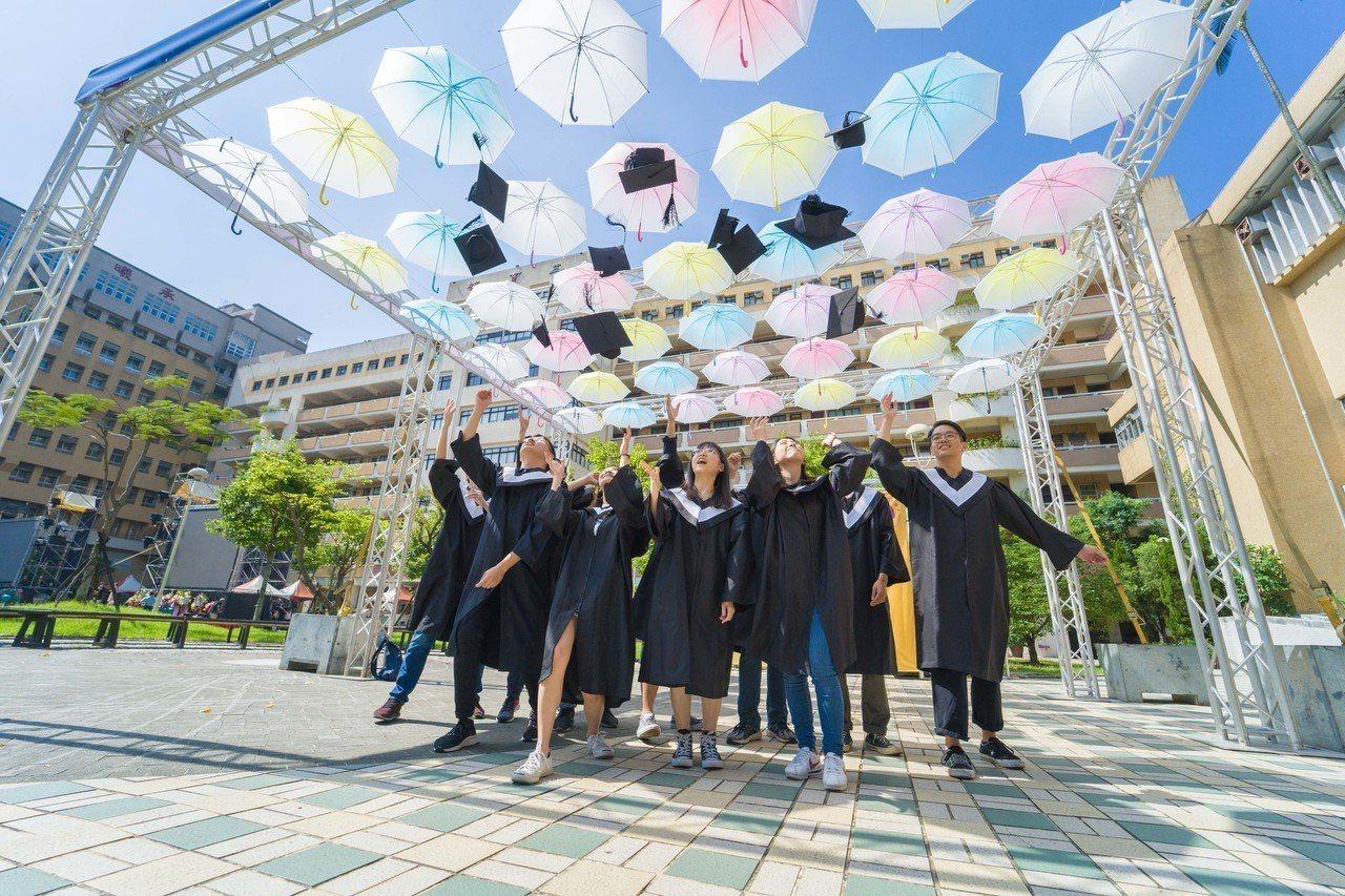 北商大畢業典禮設計以傘為主題的裝置藝術,代表學校為學生遮風避雨,也象徵師生們對畢...