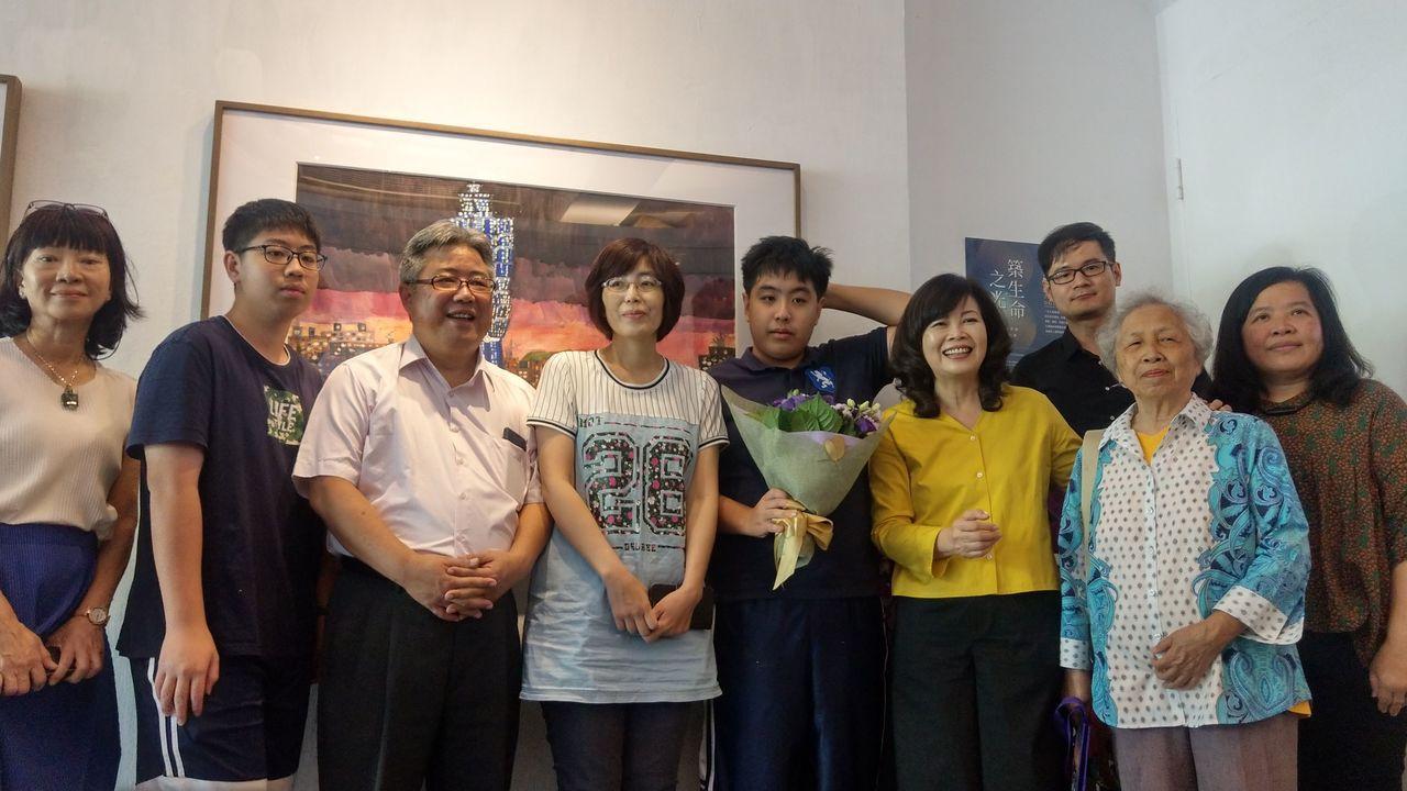 譚兆琳(右五)分享,創作建築城市圖,是想「透過城市建築,表現我對家庭溫情的可望」...
