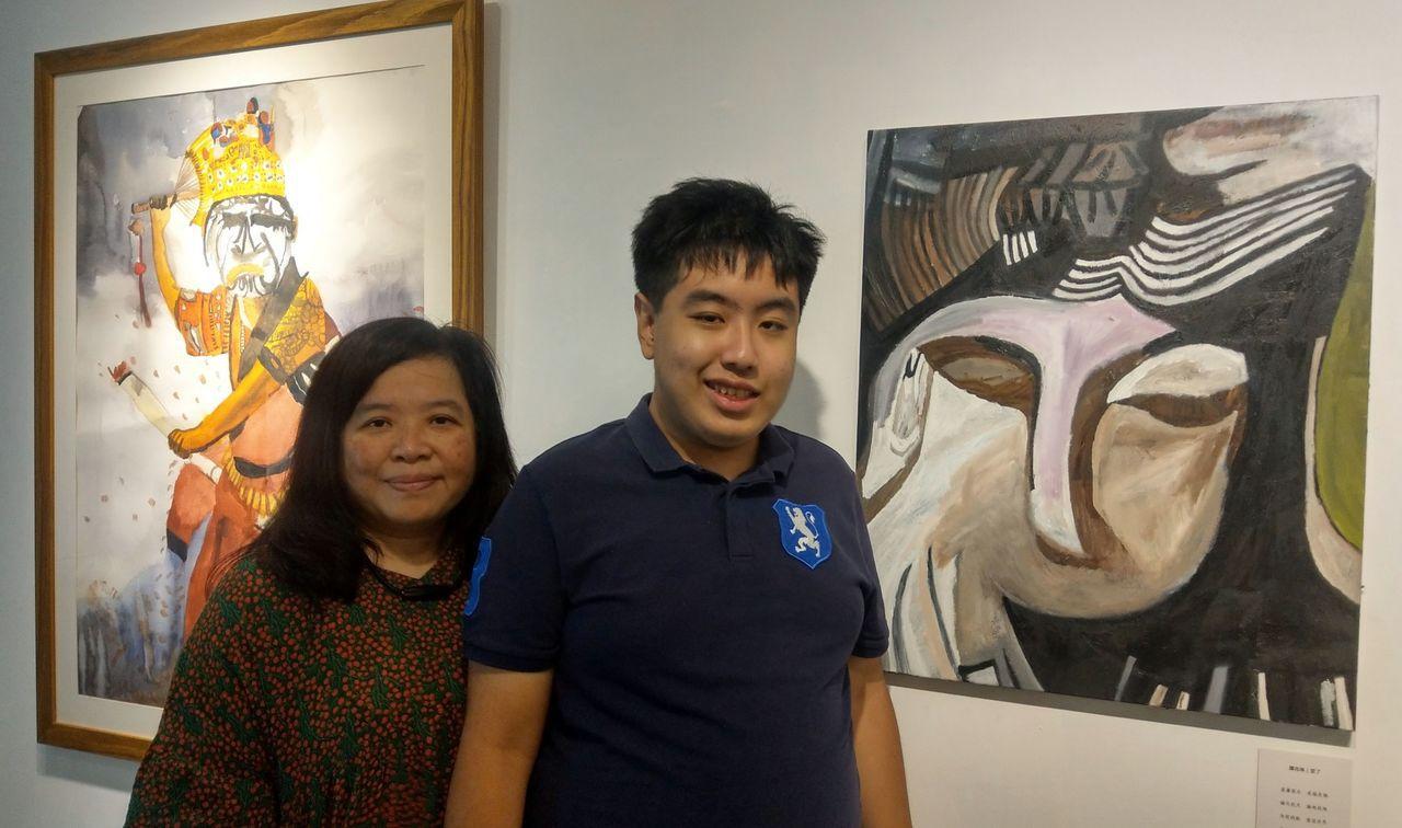 譚兆琳(右)在臨床心理師許美雲(左)帶領下,透過打字分享,他創作佛道畫,是因「心...