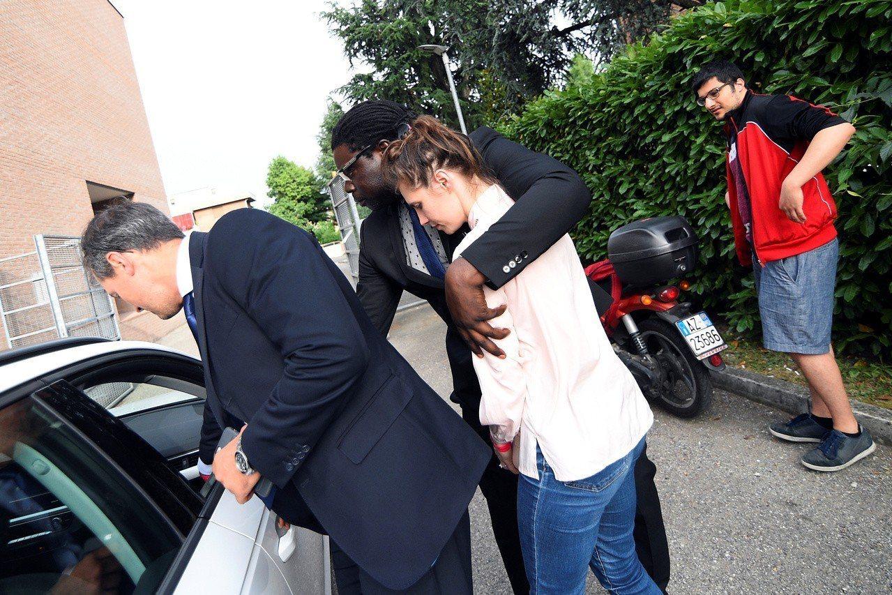 赴義大利出席司法講座的諾克斯,14日在保鑣保護下離開會場。(路透)