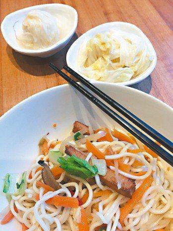 翟九素乾麵與天然發酵泡菜是絕配。 圖/朱慧芳