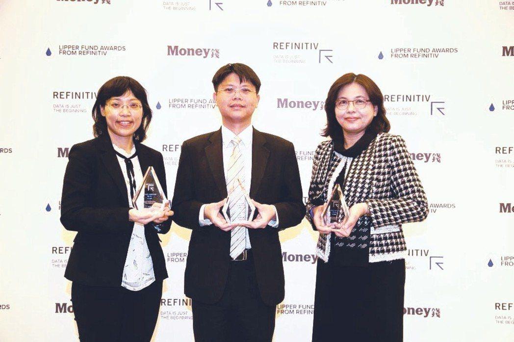 富達投信投資部主管張翠玲(左)