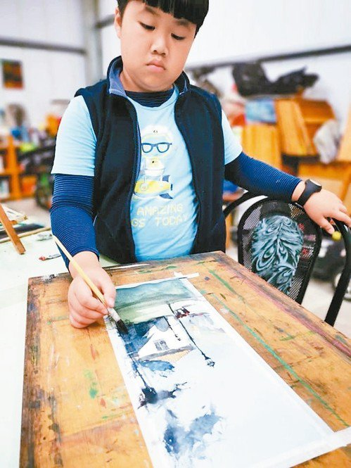 10歲安安鍾愛烏干達水彩大師阿瓦羅作品。 圖/楊文斌提供