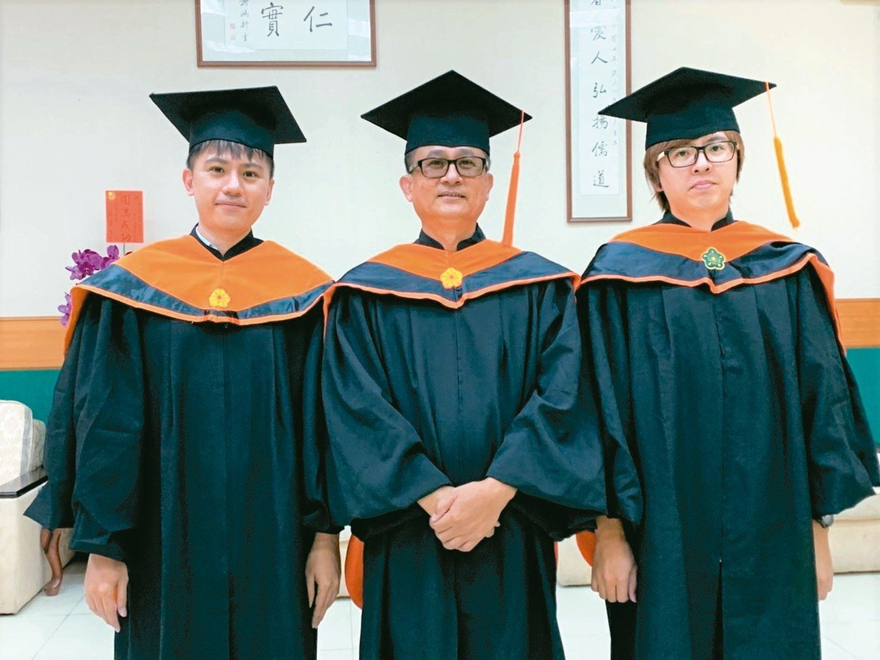 屏科大碩士專班林大本(中)與大兒子林殷(左)、小兒子林正霖(右)昨天一起畢業,一...