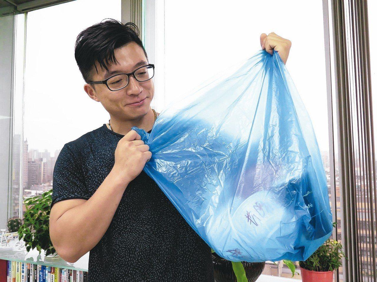 桃園市環保局將推廣使用半透明垃圾袋,鼓勵民眾落實分類回收。 記者張裕珍/攝影