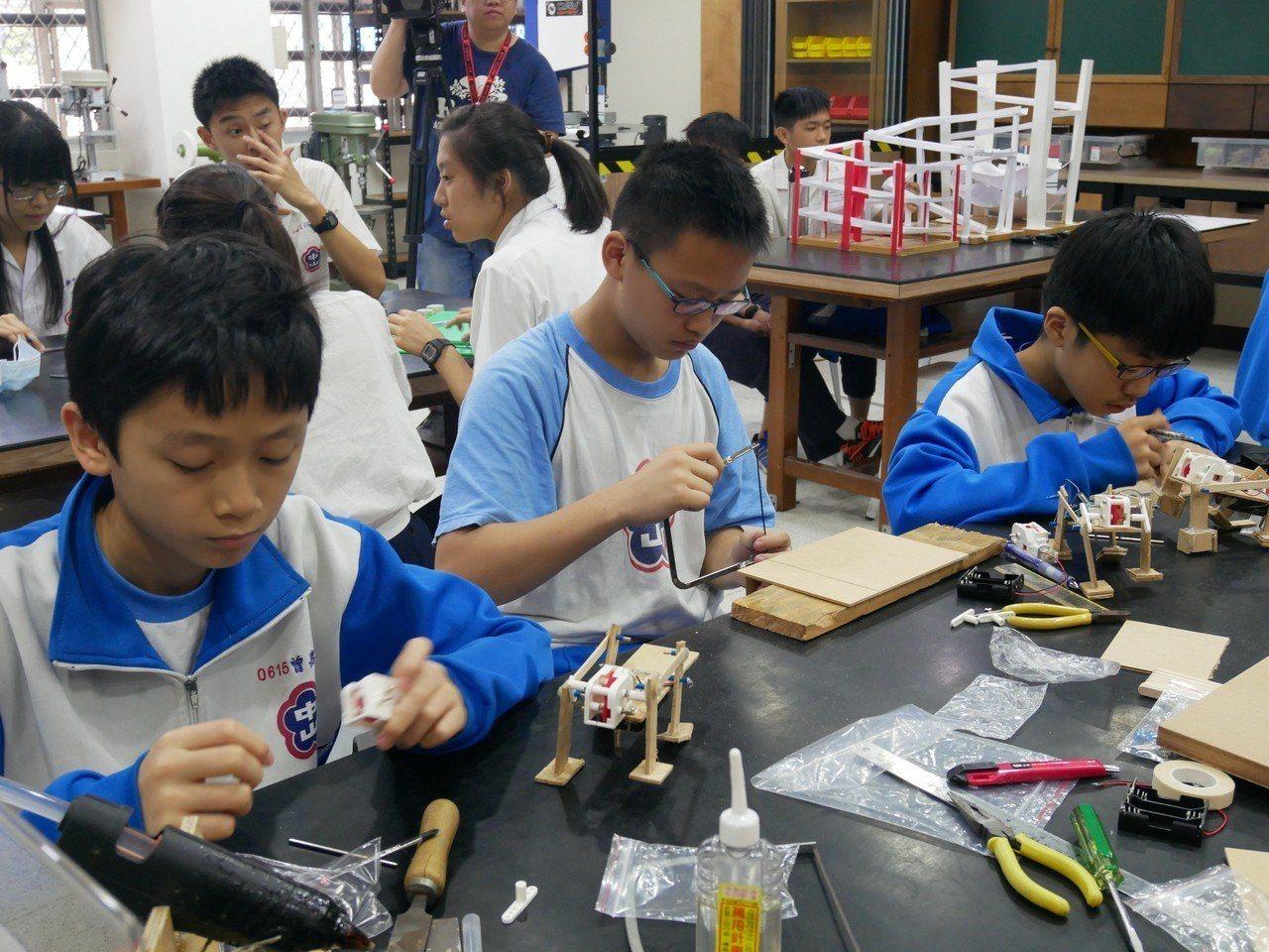 新北市教育局中等教育科長何茂田表示,學校發展須清楚定位,重視技術、人才和師資。 ...
