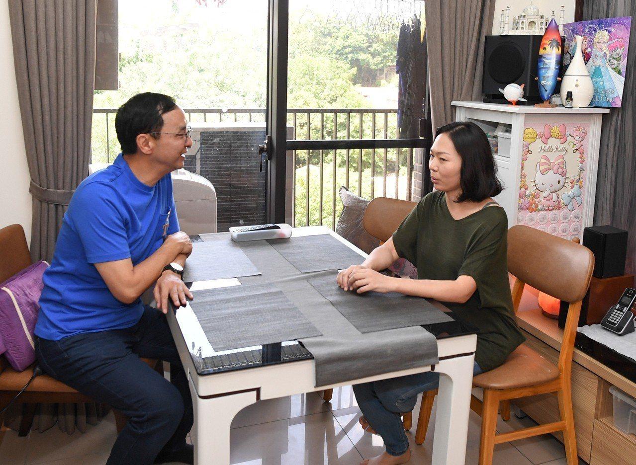 新北市前市長朱立倫拜訪住戶邵佳琪小姐一家人,並探討社會住宅未來政策和配套措施。圖...