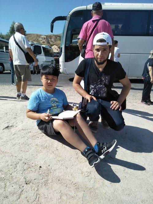 金門知名畫家楊文斌去年帶兒子楊宸安(左)到土耳其寫生,沒想到吸引不少當地民眾與遊...